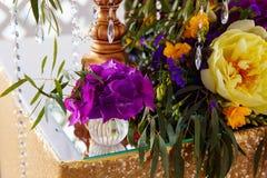 Disposizione floreale per decorare la tavola di nozze nel colore porpora Th Fotografia Stock