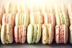 Disposizione francese variopinta del piano dei maccheroni Colori pastelli rosa, verde, macarons gialli con lo spazio della copia, Immagine Stock Libera da Diritti