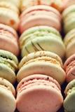 Disposizione francese variopinta del piano dei maccheroni Colori pastelli rosa, verde, macarons gialli con lo spazio della copia, Fotografia Stock
