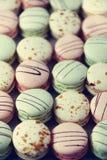 Disposizione francese variopinta del piano dei maccheroni Colori pastelli rosa, verde, macarons gialli con lo spazio della copia, Fotografie Stock Libere da Diritti