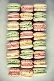 Disposizione francese variopinta del piano dei maccheroni Colori pastelli rosa, verde, macarons gialli con lo spazio della copia, Immagini Stock Libere da Diritti