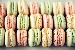 Disposizione francese variopinta del piano dei maccheroni Colori pastelli rosa, verde, macarons gialli con lo spazio della copia, Fotografie Stock