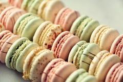 Disposizione francese variopinta del piano dei maccheroni Colori pastelli rosa, verde, macarons gialli con lo spazio della copia, Fotografia Stock Libera da Diritti