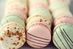 Disposizione francese variopinta del piano dei maccheroni Colori pastelli rosa, verde, macarons gialli con lo spazio della copia, Immagine Stock