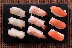 Disposizione giapponese del piano di vista superiore di selezione dell'alimento dei sushi Immagine Stock Libera da Diritti