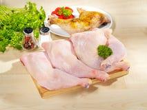 Disposizione grezza ed arrostita fresca dei piedini di pollo Fotografie Stock Libere da Diritti