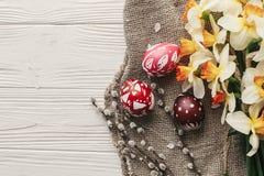 Disposizione moderna del piano di pasqua uova di Pasqua variopinte alla moda con la molla Immagini Stock