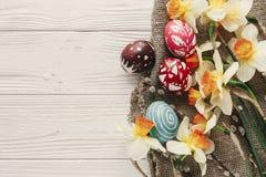Disposizione moderna del piano di pasqua uova di Pasqua variopinte alla moda con la molla Immagini Stock Libere da Diritti