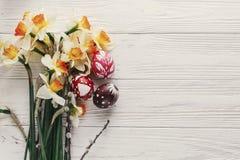 Disposizione moderna del piano di pasqua uova di Pasqua variopinte alla moda con la molla Fotografia Stock Libera da Diritti