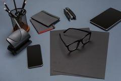 Disposizione nera del piano della raccolta della roba dell'ufficio Vista superiore sull'insieme di cancelleria con lo smartphone  Fotografie Stock Libere da Diritti