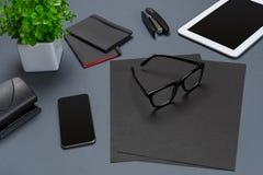 Disposizione nera del piano della raccolta della roba dell'ufficio Vista superiore sull'insieme di cancelleria con lo smartphone  Fotografie Stock