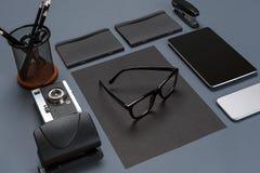 Disposizione nera del piano della raccolta della roba dell'ufficio Vista superiore sull'insieme di cancelleria con lo smartphone  Immagini Stock