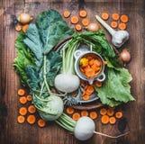 Disposizione piana con le verdure locali organiche stagionali fresche per il cibo pulito sano e la cottura sul fondo di legno rus Fotografie Stock Libere da Diritti