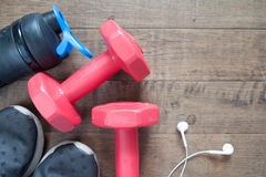 Disposizione piana degli accessori di allenamento e di forma fisica, teste di legno rosse Fotografia Stock