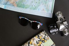 Disposizione piana degli elementi essenziali di viaggio fotografia stock