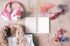 Disposizione piana degli oggetti di inverno, del taccuino vuoto e del decoratio di Natale Immagine Stock Libera da Diritti