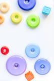 Disposizione piana dei bambini con la vista superiore del fondo bianco dei giocattoli Fotografia Stock