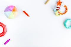 Disposizione piana dei bambini con lo spazio bianco di vista superiore del fondo dei giocattoli per testo Fotografia Stock Libera da Diritti