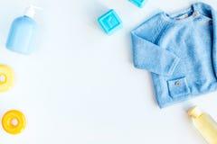 Disposizione piana dei bambini con lo spazio bianco di vista superiore del fondo dei vestiti per testo Fotografie Stock Libere da Diritti