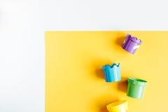 Disposizione piana dei bambini con lo spazio variopinto di vista superiore del fondo dei giocattoli per testo Fotografie Stock