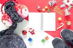 Disposizione piana dei contenitori di regalo della decorazione di Natale e del taccuino vuoto t Immagine Stock Libera da Diritti