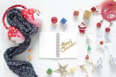 Disposizione piana dei contenitori di regalo della decorazione di Natale e del taccuino vuoto t Fotografia Stock Libera da Diritti