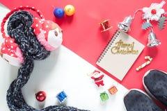 Disposizione piana dei contenitori di regalo della decorazione di Natale e del taccuino vuoto t Immagine Stock
