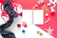 Disposizione piana dei contenitori di regalo della decorazione di Natale e del taccuino vuoto t Fotografie Stock