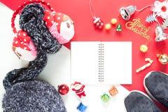 Disposizione piana dei contenitori di regalo della decorazione di Natale e del taccuino vuoto t Fotografia Stock