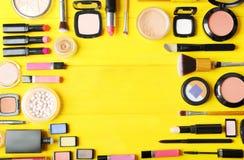 Disposizione piana dei cosmetici di trucco fotografia stock