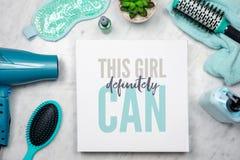 Disposizione piana dei prodotti di bellezza del ` s delle donne con la citazione ispiratrice fotografie stock libere da diritti
