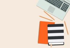 Disposizione piana del computer portatile, del libro, del diario e della matita illustrazione di stock