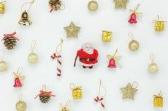 Disposizione piana del concetto di Buon Natale dell'ornamento & della decorazione Fotografie Stock Libere da Diritti