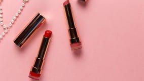 Disposizione piana del cosmetico femminile creativo immagini stock