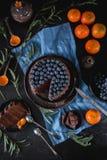 Disposizione piana del dolce delizioso del cioccolato con i mirtilli immagini stock
