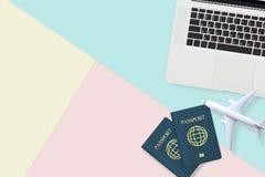 Disposizione piana del passaporto, del modello dell'aereo bianco e del computer portatile del computer Fotografia Stock