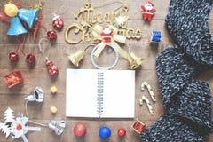 Disposizione piana del taccuino, della sciarpa di inverno e del decoratio vuoti di natale Immagine Stock Libera da Diritti