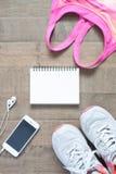 Disposizione piana del taccuino vuoto, reggiseno rosa di sport di colore, equipmen di sport Immagine Stock Libera da Diritti