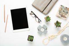Disposizione piana della compressa in bianco con gli oggetti da tavolino fotografia stock