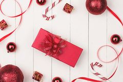 Disposizione piana della palla, del regalo e del cosmetico di natale Backgroun di festa Fotografia Stock