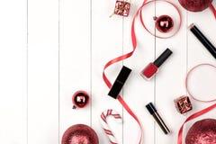 Disposizione piana della palla, del regalo e del cosmetico di natale Backgroun di festa Fotografie Stock