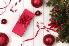 Disposizione piana della palla, del regalo e del cosmetico di natale Backgroun di festa Immagine Stock
