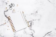 Disposizione piana della tavola di marmo con il taccuino e la penna aperti per la progettazione, blogger, studenti, ufficio Fotografie Stock Libere da Diritti