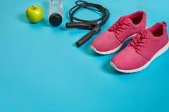 Disposizione piana della testa di legno, della bottiglia di acqua, della corda di salto e della scarpa da tennis, attrezzature di Immagini Stock