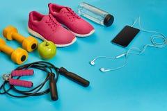 Disposizione piana della testa di legno, della bottiglia di acqua, della corda di salto e della scarpa da tennis, attrezzature di Fotografie Stock Libere da Diritti