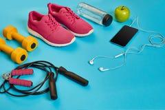 Disposizione piana della testa di legno, della bottiglia di acqua, della corda di salto e della scarpa da tennis, attrezzature di Fotografia Stock