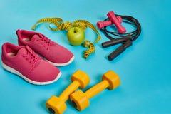 Disposizione piana della testa di legno, della bottiglia di acqua, della corda di salto e della scarpa da tennis, attrezzature di Immagine Stock