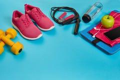 Disposizione piana della testa di legno, della bottiglia di acqua, della corda di salto e della scarpa da tennis, attrezzature di Immagine Stock Libera da Diritti