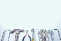 Disposizione piana delle attrezzature del riparatore e degli strumenti, fondo bianco, co Fotografia Stock