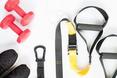 Disposizione piana delle teste di legno rosse, delle scarpe da tennis nere e delle attrezzature di sport Fotografia Stock Libera da Diritti